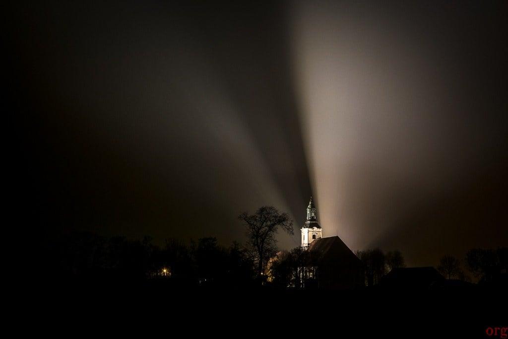 Wieża kościoła w Żytowiecku nocą we mgle