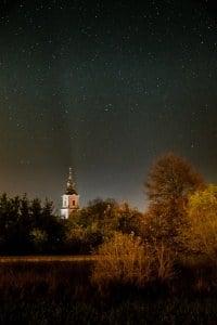 Wieża kościoła p.w. św. Mikołaja w Krobi zdjęcie nocą z gwiazdami