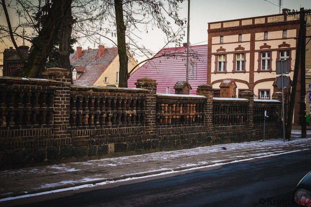 Krobia przed kościołem na ul Biskupiańskiej