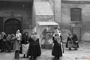 Wejście do kościoła św. Mikołaja w Krobi 1974 r.