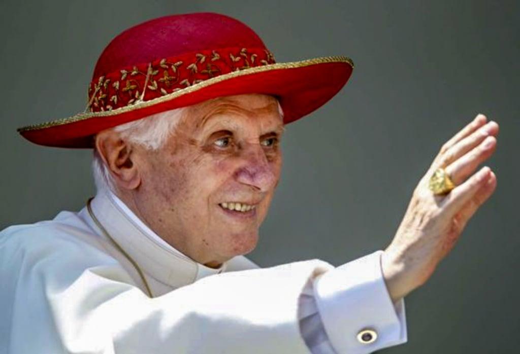 Kardynał Ratzinger w kapeluszu kardynalskim