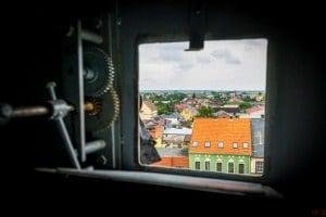 Tarcza zegara widok od wewnątrz wieży przez otwarte okienko w tarczy.