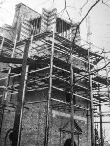 Odbudowa wieży, wejście do kościoła w Krobi