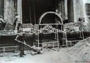 Odbudowa wiezy, wejście do kościoła w Krobi